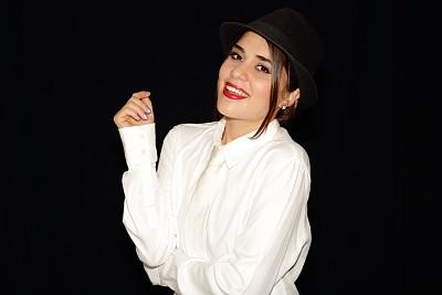 女人,肖像,帽子,举起手,衣服,美,干草,水平画幅,美人,衬衫