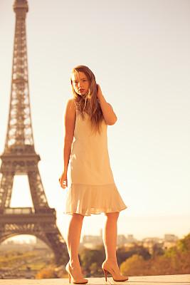 巴黎,女孩,相机,埃菲尔铁塔,棕褐色调,名声,垂直画幅,纪念碑,留白,休闲活动