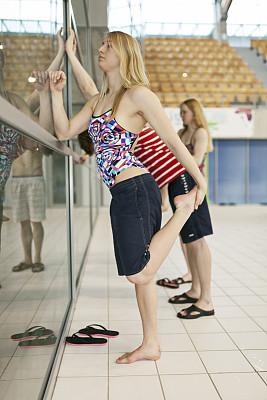 浅水泳池,国际性体育比赛,垂直画幅,水,少量人群,游泳池,人群,职业运动员,泳装,运动员