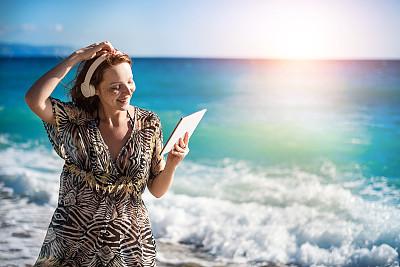 海滩,药丸,女孩,沙子,夏天,仅成年人,网上冲浪,青年人,技术,触控板