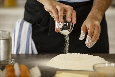 面粉,撒盐,30到39岁,水平画幅,白人,特写,男性,仅男人,仅成年人,商业厨房