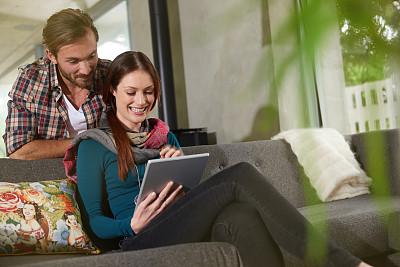 看,高潮,留白,电子邮件,在之后,家庭生活,男性,仅成年人,网上冲浪,沙发