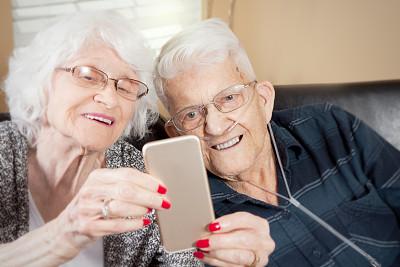 老年伴侣,智能手机,假牙,人老心不老,水平画幅,衰老过程,古老的,伴侣,白人