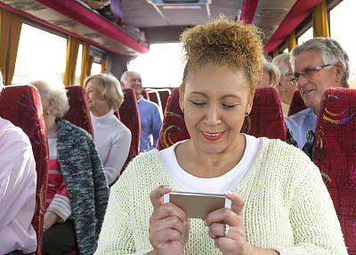 巴士,中老年女人,长途车,车座,水平画幅,电话机,白人,仅成年人,技术,公共交通