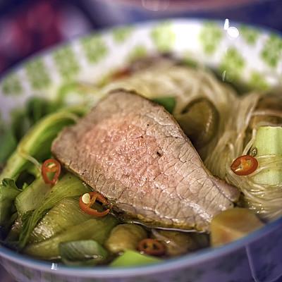 油菜,牛肉,玻璃杯,面汤,粉丝,馄饨,柠檬草,餐具,胡萝卜,葱