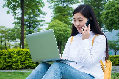 青年女人,自然,草坪,草,仅成年人,知识,青年人,技术,计算机,商务