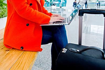机场,使用手提电脑,机场出发区,留白,仅成年人,彩色图片,技术,计算机,中年人,商务