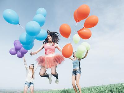 气球,青年人,太阳裙,天空,留白,休闲活动,夏天,草,镜头眩光,红发人