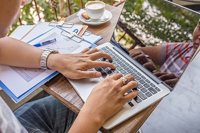 手,使用手提电脑,男性,咖啡馆,锉刀,文件管理,半身像,咖啡店,电子邮件,新闻记者