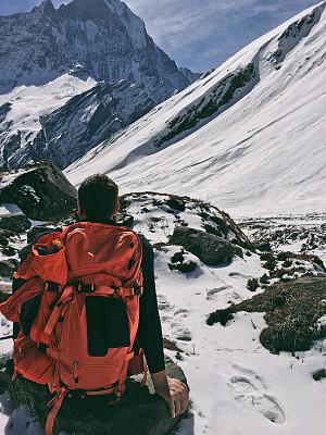 徒步旅行,安娜普娜山脉群峰,登山杖,在移动设备上拍摄,尼泊尔,垂直画幅,天空,留白,雪,仅男人
