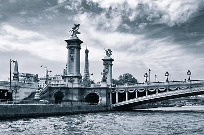 亚历山大三世桥,巴黎,旅游目的地,水平画幅,建筑,无人,欧洲,埃菲尔铁塔,路灯,单色调