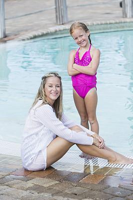 游泳池,母亲,儿童,泳池边,垂直画幅,水,30到39岁,注视镜头,父母,单身母亲