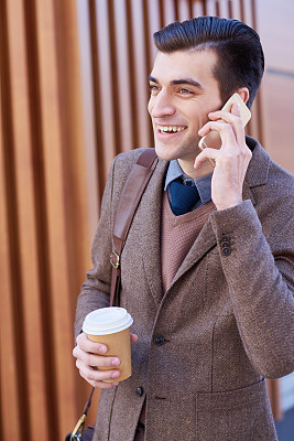 电话机,咖啡,男人,垂直画幅,饮料,白人,男商人,仅男人,仅成年人,白领
