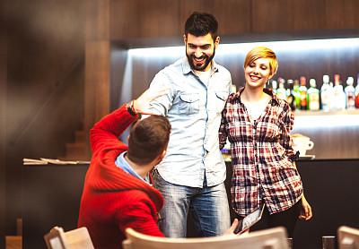 青少年,友谊,咖啡店,现代,网上冲浪,知识,青年人,书,青年男人,女人