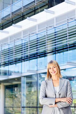 户外,女商人,金色头发,平衡折角灯,办公大楼,垂直画幅,选择对焦,美,30到39岁,注视镜头