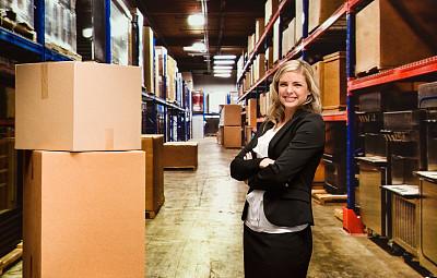 仓库,女商人,货盘,器材箱,仅成年人,工业,青年人,容器,专业人员,信心
