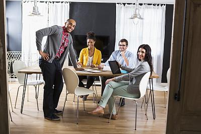 青年人,商务会议,专业人员,领导能力,少量人群,非裔美国人,男商人,新创企业,经理,仅成年人