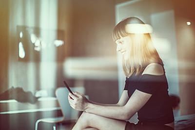 青年女人,发短信,短裙,美,水平画幅,多重曝光,青年人,卧室,成年的,床