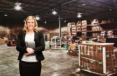 仓库,女商人,货盘,正面视角,器材箱,仅成年人,工业,青年人,容器,技术