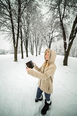 雪,冬天,女人,公园,使用平板电脑,垂直画幅,青少年,留白,旅行者,仅成年人
