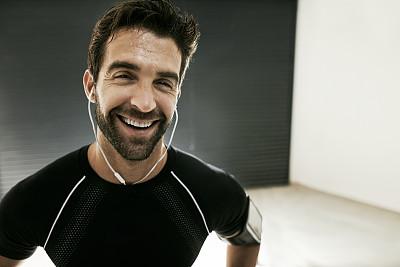 平衡,健身设备,留白,络腮胡子,水平画幅,注视镜头,人类肌肉,健康,白人,运动员