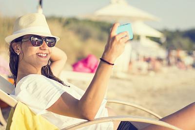 海滩,自然美,青年女人,鸡尾酒,水平画幅,注视镜头,电话机,椅子,户外,图像