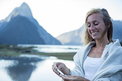 米佛峡湾,青年人,手机,看,女性,迈特峰,南地大区,新西兰南岛,水,天空