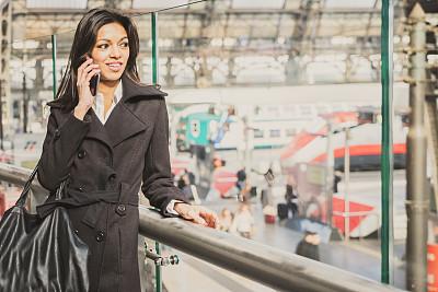 青年人,米兰中心火车站, 米兰,留白,拟人笑脸,旅行者,仅成年人,现代,火车站站台