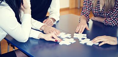 谜题游戏,四个物体,少量人群,非裔美国人,男商人,男性,仅成年人,七巧板,青年人,白色