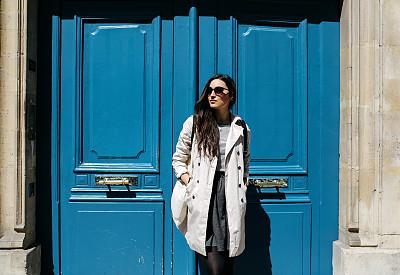 女人,公寓,巴黎,青年人,字体,军用防水短上衣,时尚,休闲活动,古典式,仅成年人