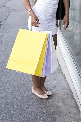 购物袋,拿着,青年女人,垂直画幅,青少年,时尚,人,商业金融和工业,少女,魅力