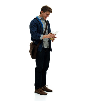 男人,卷袖,垂直画幅,电话机,连帽运动外套,白人,咖啡,男性,仅男人,仅成年人