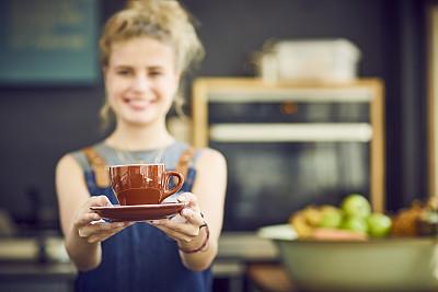 咖啡师,杯,褐色,咖啡,女性,男招待,正面视角,半身像,业主,咖啡店