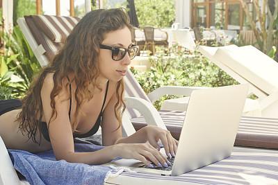 女人,使用手提电脑,暑假,水平画幅,夏天,仅成年人,网上冲浪,青年人,技术,计算机