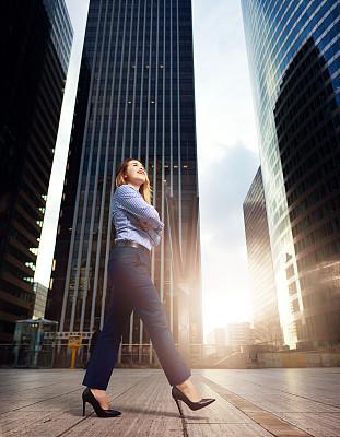 女商人,伦敦城,垂直画幅,早晨,高跟鞋,经理,不看镜头,仅成年人,青年人,专业人员