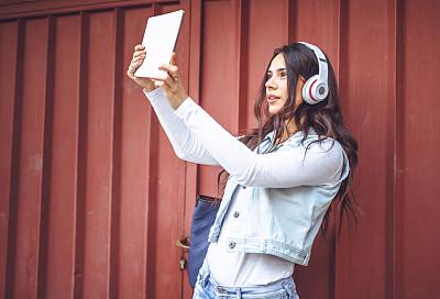 青年人,学生,自拍,耳机,摹嬉士,电子阅读器,青少年,休闲活动,水平画幅,户外