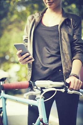 中间部分,手机,拿着,自行车,女性,垂直画幅,陆用车,仅成年人,手把,青年人