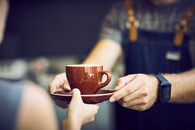 咖啡师,杯,中间部分,褐色,女招待,智能手表,男招待,正面视角,业主,咖啡店
