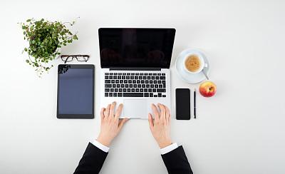 笔记本电脑,咖啡,手,女人,药丸,台式个人电脑,苹果,书桌,设备屏幕,显示器