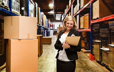 仓库,女商人,器材箱,仅成年人,长发,工业,青年人,容器,专业人员,商务