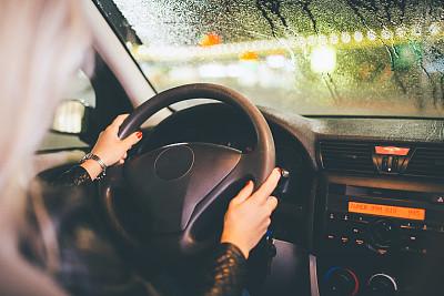 雨,夜晚,女人,汽车,红色指甲油,驾驶执照,汽车内部,司机,方向盘,仅成年人