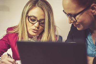 两个人,笔记本电脑,女商人,夜晚,忙碌,女朋友,文档,仅成年人,眼镜,现代