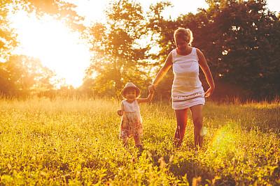 草,母女,留白,水平画幅,单身母亲,夏天,户外,白人,生姜,母亲