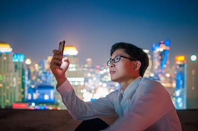 男商人,智能手机,夜晚,智慧,男性,仅男人,仅成年人,都市风景,青年人,技术