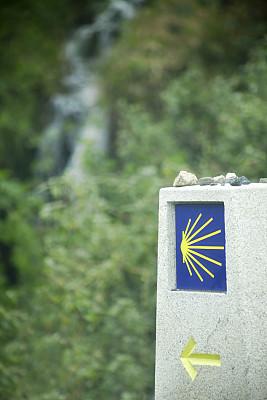 用来纪念圣雅哥之路,箭头符号,黄色,瀑布,方向标,贝壳,距离标志,圣地亚哥德孔波斯特拉城,阿科鲁尼亚,信息符号
