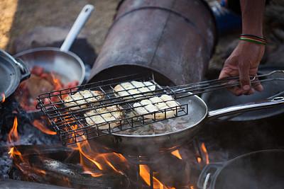 早餐,煎锅,水平画幅,木制,洋葱,蘑菇,篝火,户外,西红柿,准备食物