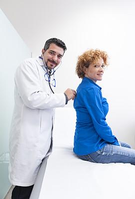 青年女人,诊疗室,垂直画幅,30到39岁,注视镜头,制服,现代,急救员,听诊器