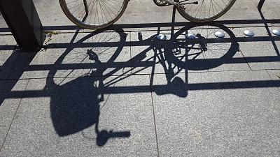 阴影,栏杆,自行车,斜靠,车轮,休闲活动,水平画幅,无人,交通,夏天