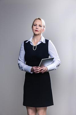 女商人,拿着,认真的,药丸,垂直画幅,45到49岁,套装,白人,经理,不看镜头