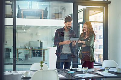 做计划,数字化显示,电子邮件,忙碌,男商人,新创企业,男性,仅成年人,现代,镜头眩光